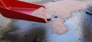 quitar grasa del suelo con arena