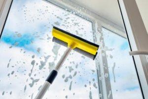 como limpiar las ventanas muy altas