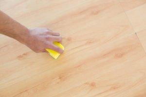 como limpiar un parquet estropeado
