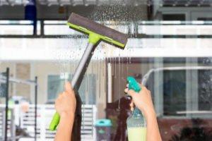 como limpiar ventanas muy altas